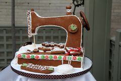 Fantasiereiches Nähmaschine Lebkuchen-Haus nahm am Feiertagswettbewerb, George Eastman House, Rochester, New York, 2017 teil lizenzfreies stockbild