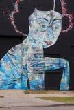 Fantasierijke straatkunst van futuristische vrouw op zwarte muur, Rochester, New York, 2017 Royalty-vrije Stock Afbeeldingen