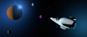 Fantasieszene: Weißes Raumschiff mit der Turbine beleuchtet über der Galaxie mit Planeten von verschiedenen Farben um sie stockbilder