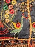 Fantasievogel und -muster auf handgemachtem Teppich des traditionellen indischen Patchworks Stockbild
