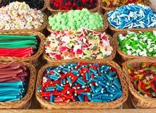 Fantasievol suikergoed in manden stock foto's