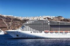 Fantasikryssningskepp nära den Santorini ön i det Aegean havet Fotografering för Bildbyråer