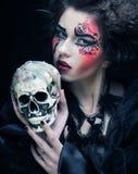 Fantasikvinna med skallen stor ljus rollbesättning som kantjusterar den kusliga fördjupade rengöringsduken för spindel för skugg Royaltyfria Bilder