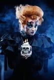 Fantasikvinna med skallen stor ljus rollbesättning som kantjusterar den kusliga fördjupade rengöringsduken för spindel för skugg Arkivfoto