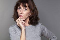 Fantasirik härlig 50-talkvinna som ser allvarlig Arkivbild