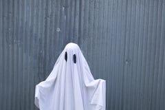 Fantasma branco na frente de uma porta da garagem fotografia de stock royalty free