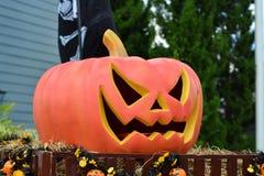 Fantasma de Halloween del día con la cabeza de la calabaza Imagen de archivo libre de regalías