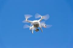 Fantasma de Quadrocopter DJI em voo contra o céu fotografia de stock royalty free