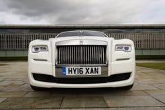Fantasma de Rolls Royce delante de la planta de Goodwood el 11 de agosto de 2016 en Westhampnett, Reino Unido Imagen de archivo