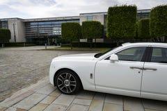 Fantasma de Rolls Royce delante de la planta de Goodwood el 11 de agosto de 2016 en Westhampnett, Reino Unido Fotos de archivo