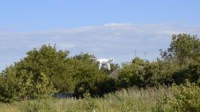 Fantasma 4 del abejón DJI El abejón sale lejos a las casas y a los árboles almacen de metraje de vídeo
