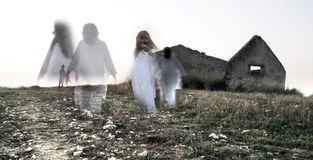 Fantasma del bambino femminile in casa abbandonata Immagine Stock