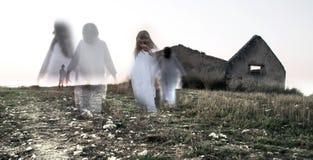 Fantasma del niño femenino en casa abandonada Imagen de archivo