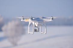 Fantasma dell'elicottero sulla foresta nell'ambito del fondo della neve nella stagione invernale Fotografia Stock Libera da Diritti