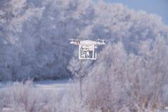 Fantasma dell'elicottero sulla foresta nell'ambito del fondo della neve nella stagione invernale Fotografie Stock