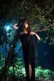 Fantasma della ragazza con gli occhi neri che stanno vicino ad un albero alla notte Giorno Halloween Fotografia Stock Libera da Diritti
