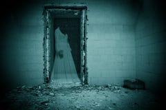 Fantasma della sposa in una stanza scura fotografia stock libera da diritti
