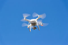Fantasma di Quadrocopter DJI in volo contro il cielo fotografia stock libera da diritti