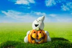 Fantasma divertente con la zucca sul prato verde a Halloween Fotografie Stock Libere da Diritti