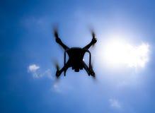 Fantasma 4 do zangão DJI em voo Quadrocopter contra o céu azul com nuvens brancas O voo do helicóptero no céu Fotos de Stock