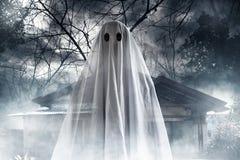 Fantasma misterioso sulla casa frequentata immagine stock