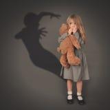 Fantasma oscuro asustadizo de la silueta detrás del pequeño niño Foto de archivo libre de regalías