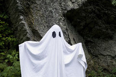 Fantasma que se coloca delante de una roca Imágenes de archivo libres de regalías