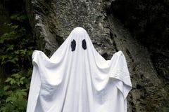 Fantasma que se coloca delante de una roca Foto de archivo libre de regalías