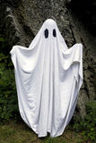 Fantasma que se coloca delante de una roca Fotografía de archivo