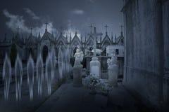 Fantasmi da un vecchio cimitero di notte Fotografia Stock Libera da Diritti