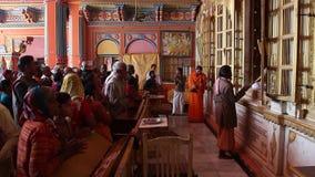 Fantaster besökte den Dashrath Mahal templet i Ayodhya lager videofilmer