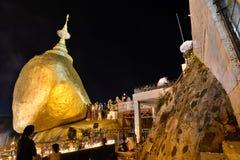 Fantaster på guld- vaggar på natten Kyaiktiyo Pagoda måndag tillstånd myanmar royaltyfria bilder