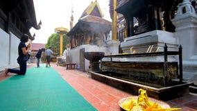 Fantaster på Phra Maha That guld- Chedi, Lamphun, Thailand stock video