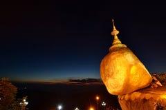 Fantaster som ber på skymning Det guld- vaggar Kyaiktiyo Pagoda måndag tillstånd myanmar arkivfoto