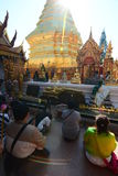 Fantaster som ber på templet wat för doiphrasuthep Chiang Mai thailand Arkivfoto