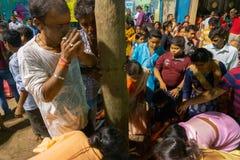 Fantaster som ber till den Lord Shiva - Gajan festivalen royaltyfri bild