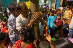 Fantaster som ber till den Lord Shiva - Gajan festivalen arkivbilder