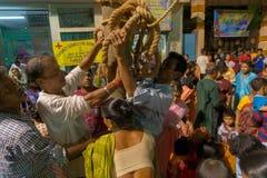 Fantaster som ber till den Lord Shiva - Gajan festivalen royaltyfria bilder