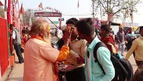 Fantaster som besöker den Kumbh Mela festivalen i Pryagraj arkivfilmer
