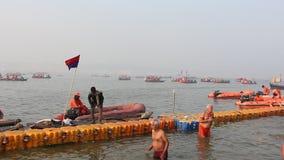 Fantaster som besöker den Kumbh Mela festivalen i Pryagraj stock video