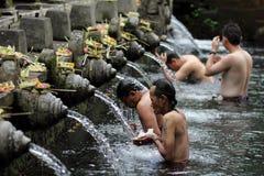 Rituell badning för manar på Puru Tirtha Empul, Bali fotografering för bildbyråer
