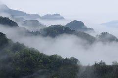 Fantastereien des Nebels und der Berge. lizenzfreies stockbild
