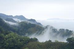 Fantastereien des Nebels und der Berge. lizenzfreie stockfotografie