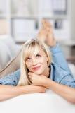 Fantasticare femmina sul sofà Fotografia Stock Libera da Diritti