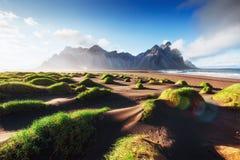 Fantastico ad ovest delle montagne e delle dune di sabbia vulcaniche della lava sulla spiaggia Stokksness, Islanda fotografia stock libera da diritti