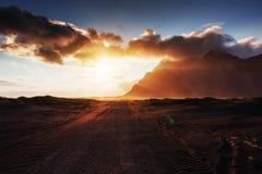 Fantastico ad ovest delle montagne e delle dune di sabbia vulcaniche della lava sulla spiaggia Stokksness, Islanda immagine stock