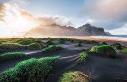Fantastico ad ovest delle montagne e delle dune di sabbia vulcaniche della lava sulla spiaggia Stokksness, Islanda Mattina variop fotografie stock