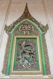 Fantastico sulla parete i trafori dello stucco di Narayana piegano il suo arco sul gigante, un carattere dall'epica di Ramayana W immagine stock