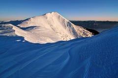 Fantastisch avond en ochtend de winterlandschap Kleurrijke donkere hemel De Magische sneeuw behandelde boom van de schoonheidswer stock foto's