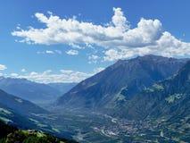 Fantastisch berglandschap Op een helling van de berg lig thuis en aanplantingen van landbouwbedrijven in Zuidelijk Tirol Royalty-vrije Stock Fotografie